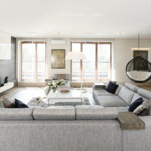 Do wyboru mamy wiele opcji - od tradycyjnego zestawienia sofa plus fotel, poprzez nowoczesne narożniki czy zestawy 3, 2 + 1, aż po meble modułowe. Projekt Agnieszka Ludwinowska. Fot. Bartosz Jarosz
