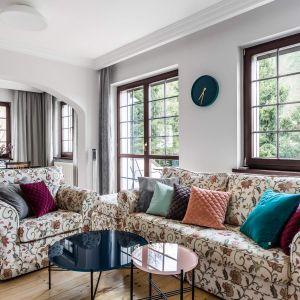 Kolorowe sofy w angielskim stylu dodadzą salonowi przytulności. Projekt Magma. Fot. Fotomohito