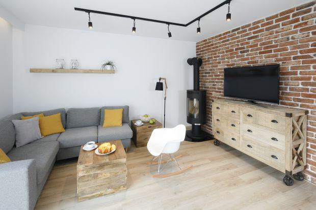 Cegła na ścianie w salonie to sprawdzony i bardzo modny pomysł na aranżację pokoju dziennego. Ściana za kanapą lub za telewizorem wykończona naturalną, białą czy szarą cegłą będzie wyglądać ładnie i elegancko.
