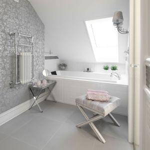 Jasne kolory dominują w wygodnej łazience na poddaszu. Projekt: Edyta Niewińska. Fot. Bartosz Jarosz