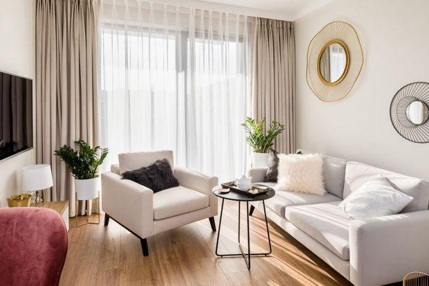 Szukacie pomysłu na aranżację okna w swoim salonie? Wybierzcie zasłony. Pięknie ozdobią nie tylko okno, ale też salon.