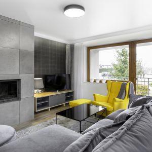 Szary salon rozświetla żółty fotel.Projekt Katarzyna Maciejewska. Fot. Dekorialove