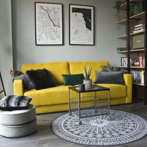 Mały salon urządzono bardzo ciekawy i nietypowo w stylu loft. Projekt: Magdalena Miśkiewicz. Fot. Miśkiewicz Design