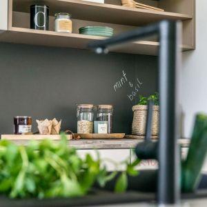 Polimerowe szkło nad kuchennym blatem. Świetnie się sprawdzi zamiast płytek na ścianie w kuchni. Fot. REHAU