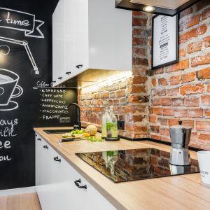 Co na  ścianę zamiast płytek w kuchni? Ściana nad blatem wykończona czerwoną cegłą. Projekt: Katarzyna Kiełek, Agnieszka Komorowska-Różycka