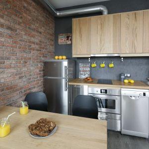 Co zamiast płytek na ścianę w kuchni? Ściana nad blatem wykończona płytą OSB, zaimpregnowaną i pomalowaną  na szaro. Projekt: Katarzyna Moraczewska. Fot. Bartosz Jarosz