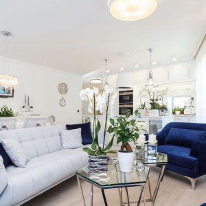 Sofa w neutralnych jasnych kolorach, który świetnie sprawdzą się w małym i niedoświetlonym wnętrzu.Projekt Anna Kosmala. Fot. Teresa Świtkiewicz