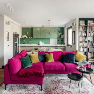 Sofa utrzymany w kolorze różu czy bordo doskonale komponuje się z subtelnym wzorem na dekoracyjnych poduszkach. Projekt Finchstudio_fot. Aleksandra Dermont Ayuko Studio