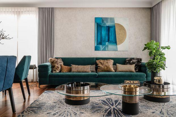 Poszukując modnej sofy do salonu, warto sięgnąć po przytulny welwet. W kolorze prezentuje się niezwykle efektownie!