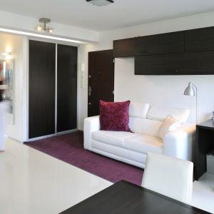 W małym salonie udało się wygospodarowano miejsce na niewielki kącik do pracy. Projekt: RS+ Architekci. Fot. Tomasz Zakrzewski