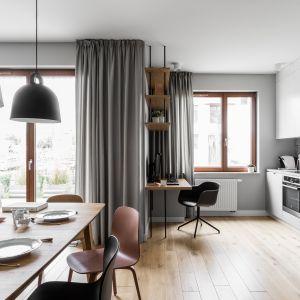 Zasłony w salonie - modny pomysł na dekorację okna. Projekt: Raca Architekci. Zdjęcia: Fotomohito