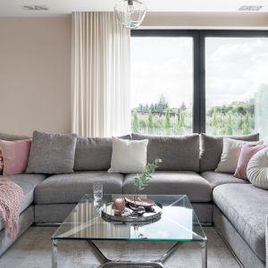 Szklany stolik ze srebrnymi elementami jest bardzo elegancki. Pięknie pasuje do jasnego salonu. Projekt: Ewelina Rutkowska, studio projektowe Meteor. Fot. Tom Kurek