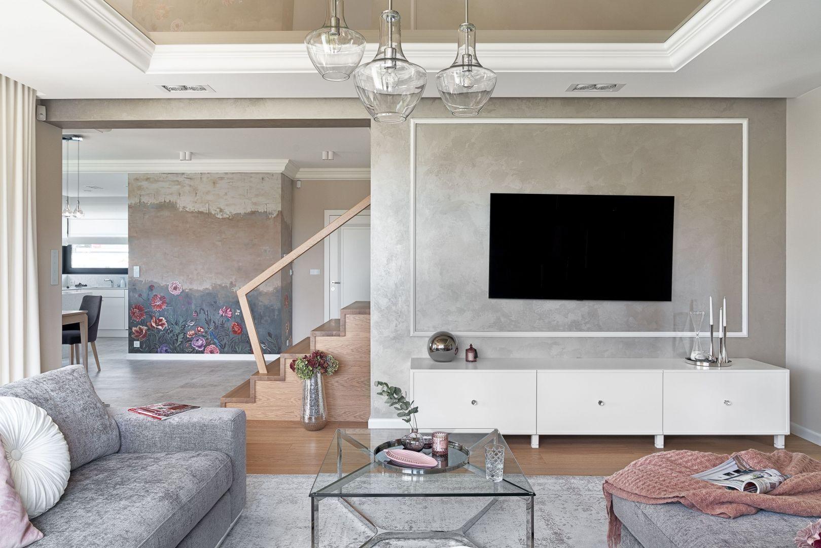 Ścianę za telewizorem w salonie wykończono farbą o ładnym, ciekawym efekcie dekoracyjnym. Projekt: Ewelina Rutkowska, studio projektowe Meteor. Fot. Tom Kurek