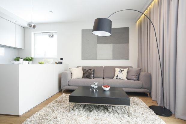 Do salonu warto wybrać ładne oświetlenie. Może być nowoczesne, proste w formie lub bardziej ozdobne, dekoracyjne. Jakie zatem oświetlenie wybrać do salonu? W naszym przeglądzie znajdziecie kilka fajnych pomysłów.