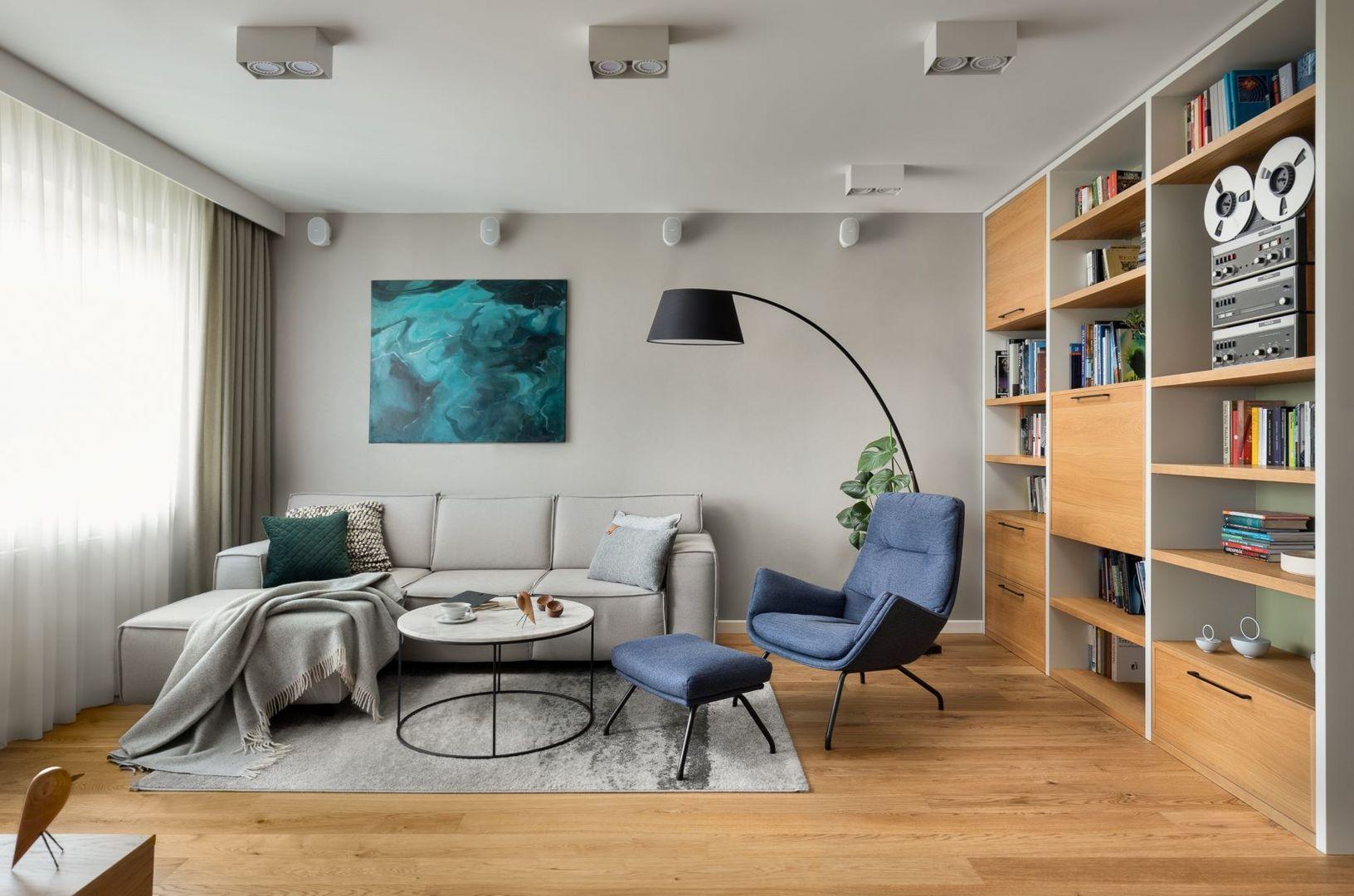 Duża, czarna stojąca lampa jest piękny elementem w salonie. Główne oświetlenie zamontowane zostało w suficie. Projekt: Ilona Paleńczuk z zespołem IP Design. Fot. Mikołaj Dąbrowski