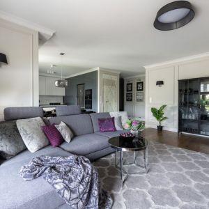 Szarą kanapę pięknie dekorują poduszki o różnych wzorach i kolorach oraz o różnych wielkościach. Projekt: Dariusz Grabowski. Fot. Paweł Martyniuk