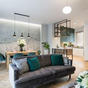 Zielone poduszki piękne wyglądają na szarej kanapie. Projekt i wykonanie: KODO Projekty i Realizacje Wnętrz