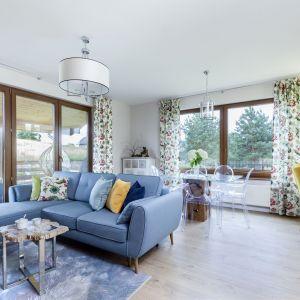 Na niebieskiej sofie doskonale prezentuje się kolorowe poddsuzki. Projekt: Justyna Mojżyk, poliFORMA. Fot. Monika Filipiuk-Obałek