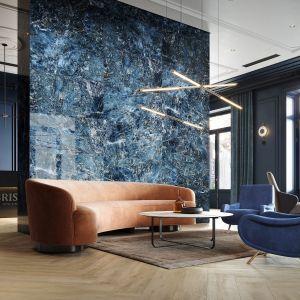Ścianę za kanapą zdobią płytki z rysunkiem kamienia z kolekcji Color Crush Opoczno