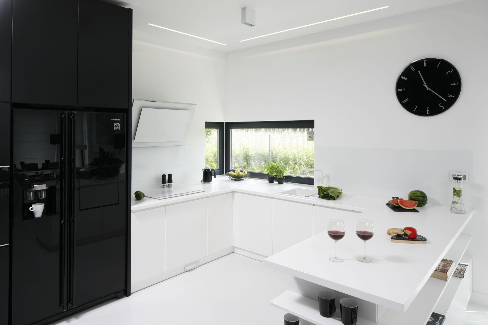 Szczególnie w nowocześnie urządzonych kuchniach, prym wiodą jasne barwy. Projekt Ewelina Pik, Maria Biegańska. Fot. Bartosz Jarosz.