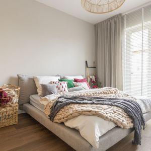 W centralnym punkcie sypialni stanęło duże, wygodne łóżko z tapicerowanym zagłówkiem. Rolę nocnej szafki, a zarazem oryginalnej dekoracji pełnią walizki z lat 80. Projekt: Małgorzata Kasperek, Decoroom. Fot. Pion Poziom Marta Behling