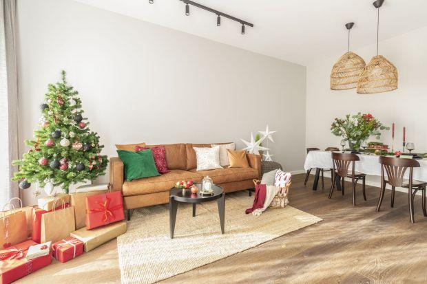 W mieszkaniu na warszawskim Powiślu znajdziemy elementy typowe dla stylu boho i vintage, nie brakuje też nawiązań do soft loftu. Pozbawiona zbędnych elementów przestrzeń na co dzień sprzyja skupieniu i wyciszeniu. Świąteczne dekoracje podkreśla