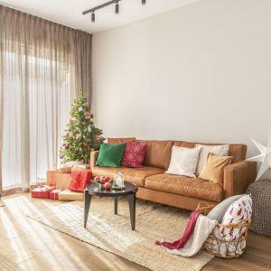 Główne skrzypce gra w salonie wygodna sofa w kolorze karmelu. Tuż obok architekci wygospodarowali miejsce do spożywania posiłków. Projekt: Małgorzata Kasperek, Decoroom. Fot. Pion Poziom Marta Behling