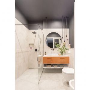 W łazience znajdziemy odwołania do estetyki loftowej, jednak nie w surowej, lecz w przytulnej wersji soft. Projekt: Małgorzata Kasperek, Decoroom. Fot. Pion Poziom Marta Behling