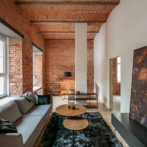 Czerwona cegła na ścianach i sufitach. Projekt i zdjęcia Nowa Papiernia