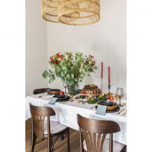 Nad sporym prostokątnym stołem zawisły plecione lampy – mocny akcent dekoracyjny wnętrza, który doskonale współgra z dywanem z juty i podłogą z ręcznie postarzanych dębowych desek.Projekt: Małgorzata Kasperek, Decoroom. Fot. Pion Poziom Marta Behling