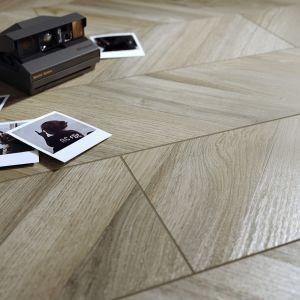 Jasna tonacja płytek Chevronwood Beige rozjaśni wnętrze, dodając mu werwy i rozbudzając zmysły. Cena: 139,99 zł/m2. Fot. Cersanit