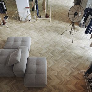 Płytki Chevronwood Beige ze wzorem francuskiej jodły oswoi każdy loftowy klimat, otulając pomieszczenie aurą elegancji i ciepła. Cena: 139,99 zł/m2. Fot. Cersanit