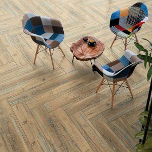 Gresy Rockwood Beige z konceptu Organic Wood to  propozycja, która odwzorowuje wygląd starych desek. Cena: 111,99 zł/m2. Fot. Cersanit