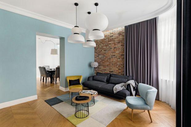 Cegła na ścianie w salonie to sprawdzony przepis na aranżację niepowtarzalnego wnętrza. Szeroka gama dostępnych wzorów i kolorów sprawia, że idealnie wtapia się w każdą stylistykę. Zobaczcie jak pięknie się prezentuje!