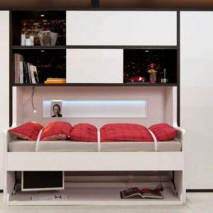 Wielofunkcyjne (łóżko-biurko) lub mobilne elementy wyposażenia wnętrza (wysuwany lub podnoszony blat) pozwolą wygospodarować wygodne miejsce do pracy, nie zabierając przy tym dużo przestrzeni. Fot. Häfele