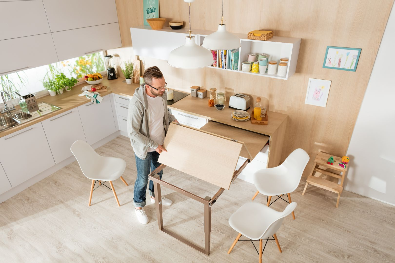 Najważniejsze w nowym roku będzie jednak znalezienie prostego sposobu na biuro domowe. Wielofunkcyjne meble, sprytne okucia, ruchome elementy i inteligentne oświetlenie idą z pomocą. Fot. Häfele
