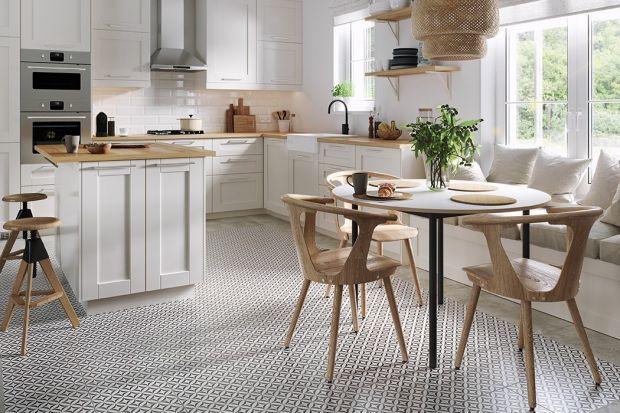 Na podłodze i ścianie w kuchni, a zwłaszcza nad kuchennym blatem ciągle bardzo popularnym wyborem są płytki. Zobaczcie 10 nowych kolekcji płytek do kuchni, na które warto zwrócić uwagę!