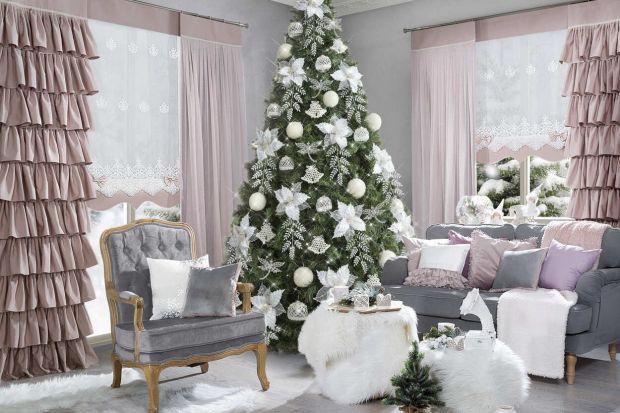 Świąteczne aranżacja wnętrza wcale nie jest łatwa. Wybór dostępnych dekoracji i dodatków jest bowiem ogromny.Jak zatem modnie i ze smakiem udekorować dom na tegoroczne Święta? Jak odpowiednio łączyć barwy oraz na co zwrócić uwagę przy o