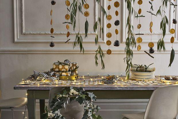 Przygotowania do Świąt czas zacząć! Własnoręcznie wykonane dekoracje mogą dać nam wiele radości i satysfakcji, a dom zyska dzięki nim wyjątkowy klimat. Trochę kolorów, szczypta złota i wszystko wokół mówi, że Święta już blisko.