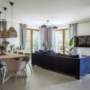 Lniane zasłony podkreślają naturalny charakter całej aranżacji salonu. Projekt Malwina Morelewska foto Yassen Hristov