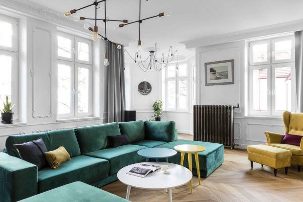 Butelkowa zieleń to jeden zmodnych kolorów 2020 roku.Jak i zczym łączyć butelkowy zielony we wnętrzach? Czy warto postawić na ten kolor na ścianie w salonie? Jak wygląda zielona kanapa w salonie? Jak dobrać dodatki? Zobaczcie galerię pię