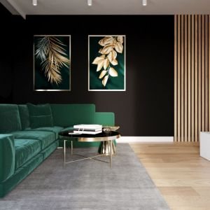 Butelkowa zieleń w salonie - w postaci zielonej sofy i frafik z elementami zieleni na ścianie. Projekt i zdjęcia: Karolina Słomińska, D' INTERIOR Studio Wnętrz