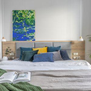 Pomysł na łóżko w sypialni. Drewniane łóżko z tapicerowanym zagłówkiem. Projekt i zdjęcia: Renata Blaźniak-Kuczyńska, Renee's Interior Design