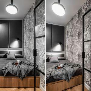 Pomysł na łóżko do sypialni - drewniany model łóżka z tapicerowanym zagłówkiem. Projekt: Anna Maria Sokołowska, Katarzyna Nowak, pracownia Anna Maria Sokołowska Architektura Wnętrz. Zdjęcia: Fotomohito
