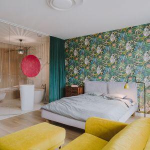 Pomysł na łóżko do sypialni - tapicerowane łóżko na drewnianych nogach, kolor szary. Projekt: Agata Krzemińska z Pracowni A+A. Fot. Pion Studio