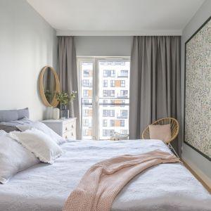 Pomysł na łóżko do sypialni - wygodny model z szarym tapicerowanym zagłówkiem. Projekt: Joanna Dziurkiewicz, Tworzywo Studio. Zdjęcia: Pion Poziom