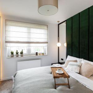 Tapicerowana ściana za łóżkiem w sypialni. Projekt: Dekorian Home x Architaste. Fot. Dominika Wilk