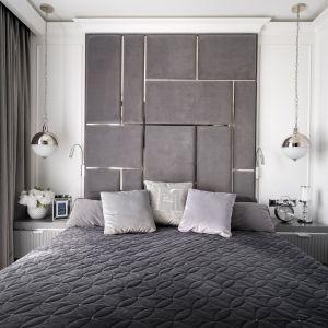 łóżko w sypialni z dekoracyjnym tapicerowanym panelem na całej ścianie. Projekt: Magdalena Miśkiewicz, Miśkiewicz Design, architekt prowadzący: Gabriela Radwanowska. Zdjęcia: Łukasz Zandecki