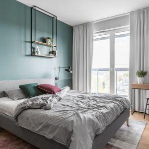 Tapicerowane łóżko w sypialni, kolor szary. Projekt: Raca Architekci. Zdjęcia: Fotomohito
