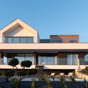 Trzy poziomy budynku zostały oddzielone od siebie równymi płytami przypominającymi płytki konstrukcyjne popularnych klocków. Projekt: mode:lina™. Fot. Patryk Lewiński